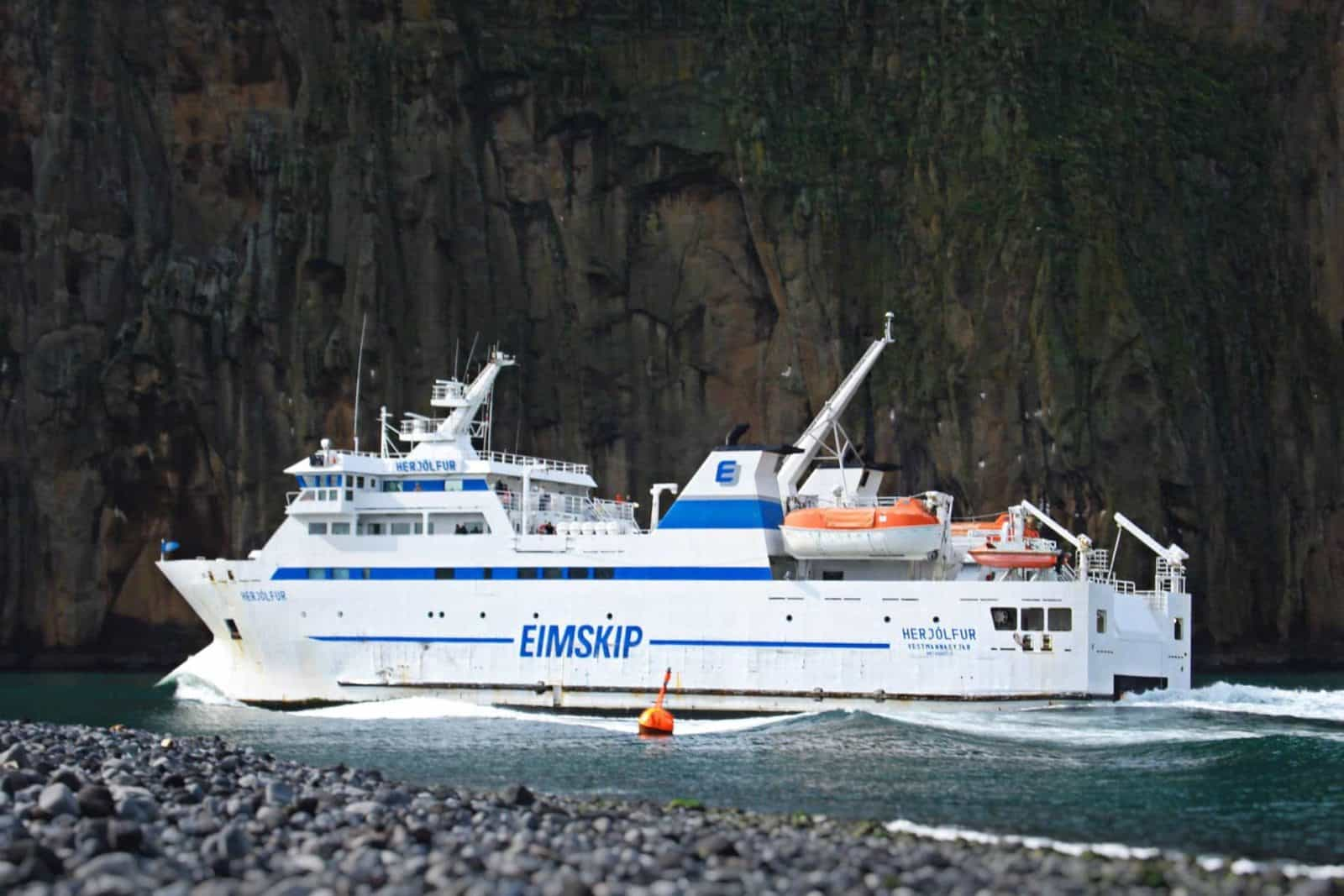 Fähre Herjólfur bei der Einfahrt in den Hafen von Heimaey