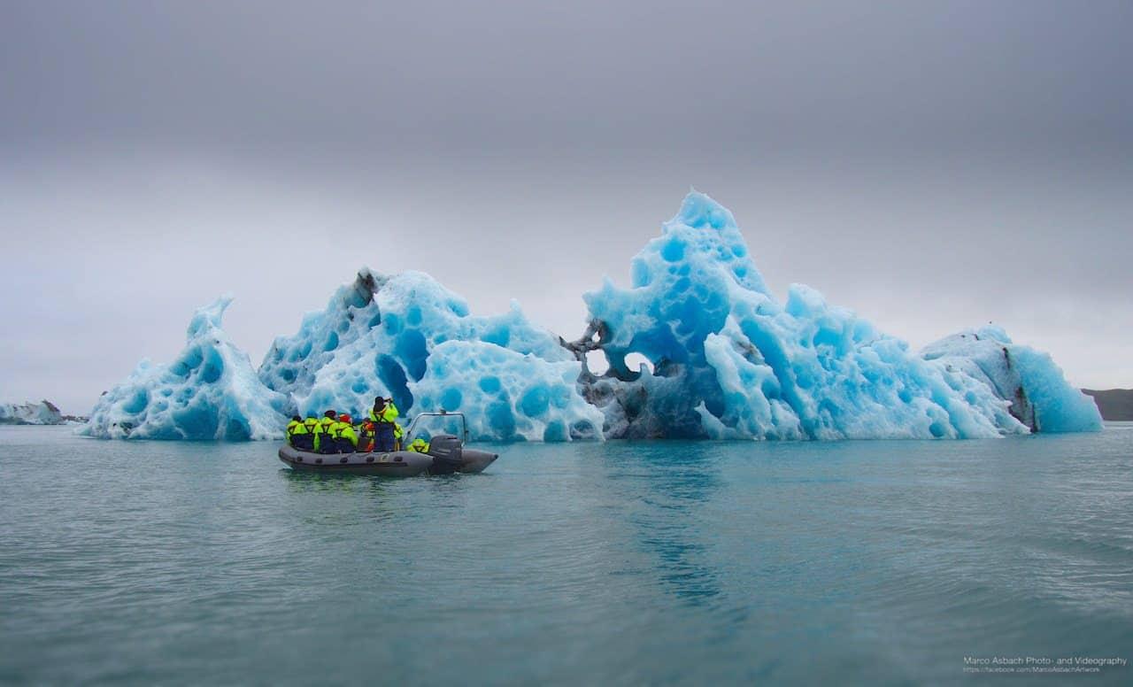 Bizarrer Eisberg im Jökulsárlón