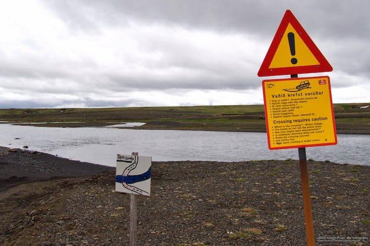 Warnhinweis vor Flussdurchquerung